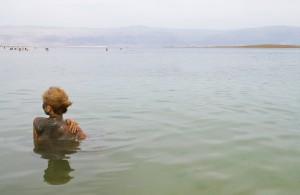 Мертвое море пользуется популярностью среди отдыхающих в летнее время